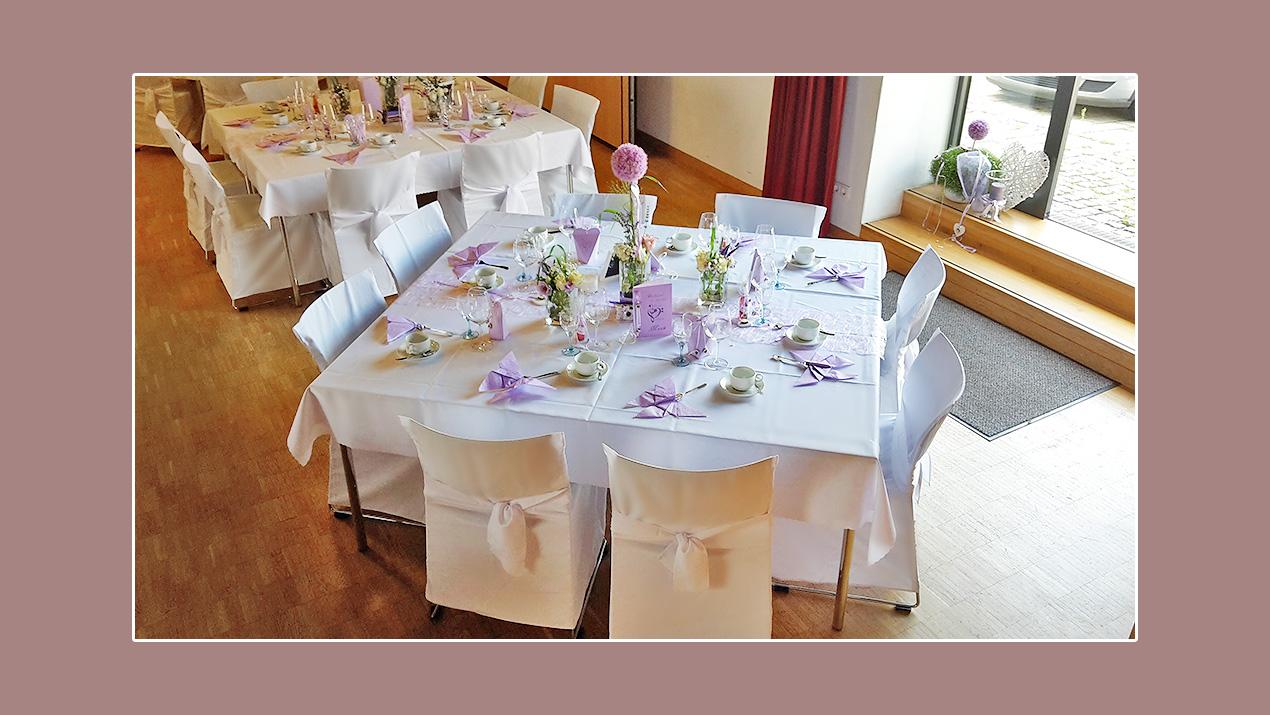 Tischdeko Hochzeit Frühling mit lila Blumendeko und Servietten Schmetterlingen